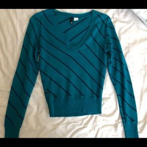 H&M crop bench sweater. Size 6 NWOT